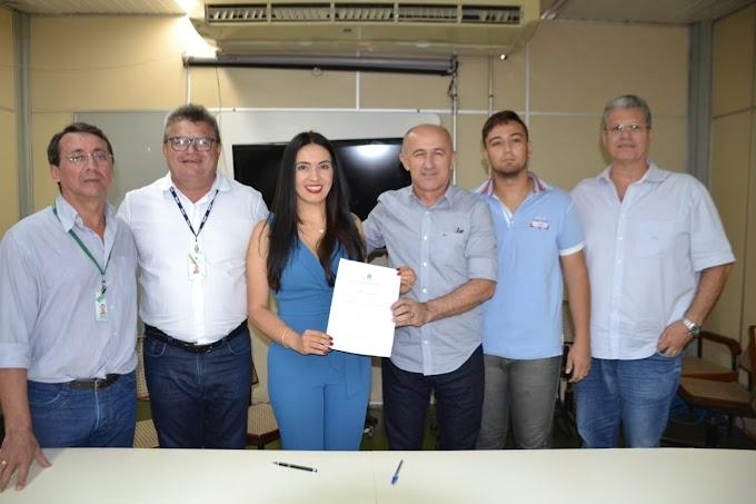Deputada Aderlânia realiza entrega de tratores para municípios