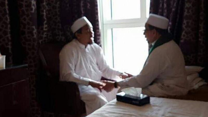 Rizieq dan Salim Segaf Al Jufri berpegangan tangan