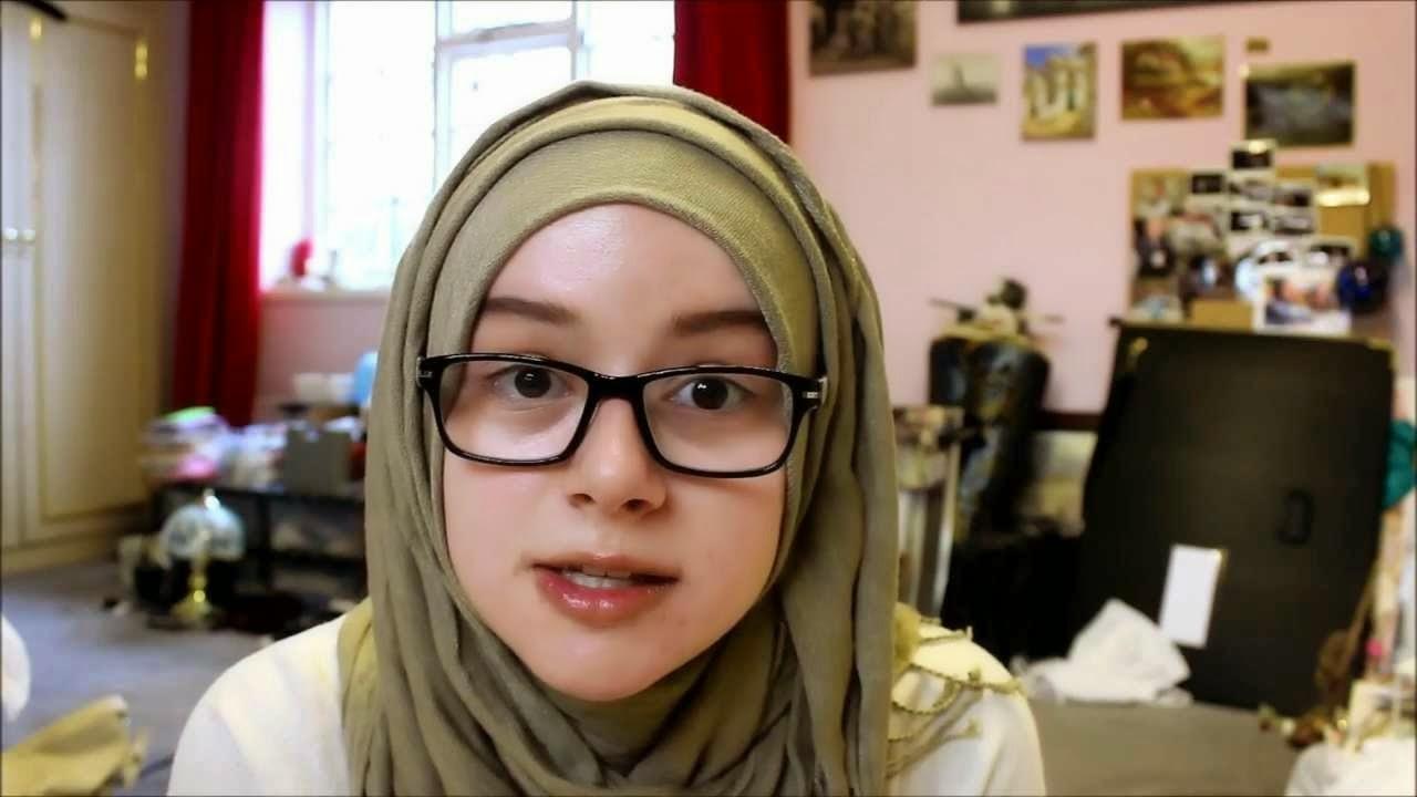 Model kacamata minus untuk wajah lonjong wanita berjilbab
