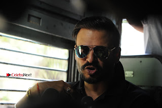 Bollywood Actor Vivek Oberoi Snapped Travelling by Local Train to Kelve  0016.JPG