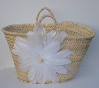 Panier en osier décoré d'une grande fleur en plume