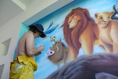 """Artystyczne malowanie ściany w pokoju dziecka, malowanie na ścianie motywu z bajki """"Król Lew"""""""