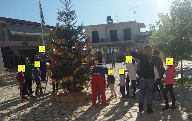 Γονείς και παιδιά στόλισαν το Χριστουγεννιάτικο δέντρο στο Παναρίτη