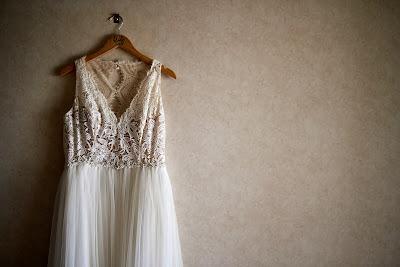 Vestido de novia colgado de una percha
