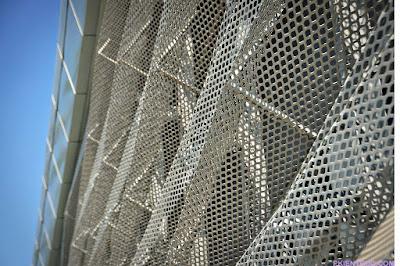 các tấm kim loại đục lỗ của facade trường đại học Rmit