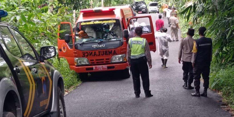 Polisi Lakukan Pengamanan Pemakaman Pasien Covid 19 di Kecamatan Rembang