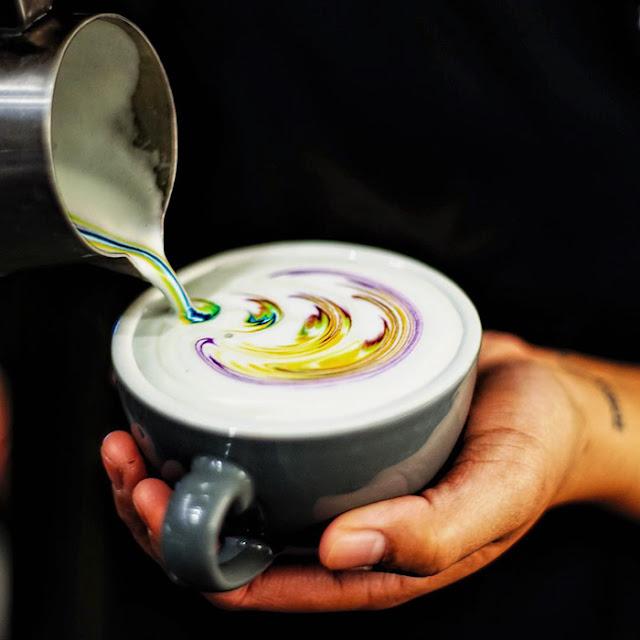 Barista leva as cores do Arco Íris para belas bebidas de café com leite