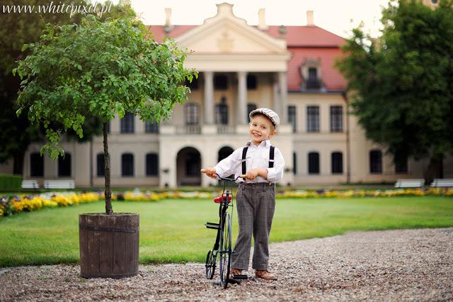 Stylizowana sesja dziecięca, sesja plenerowa w Kozłówce, dziecko z rowerkiem portret, Fotograf dzieci lublin