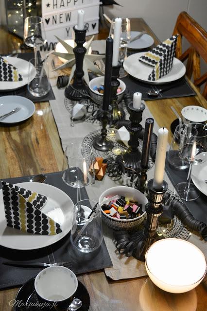 uusivuosi, kattaus, ruokailu, asetelma, kynttilä iittala astiat musta, vuosi vaihtuu philips hue älyvalot