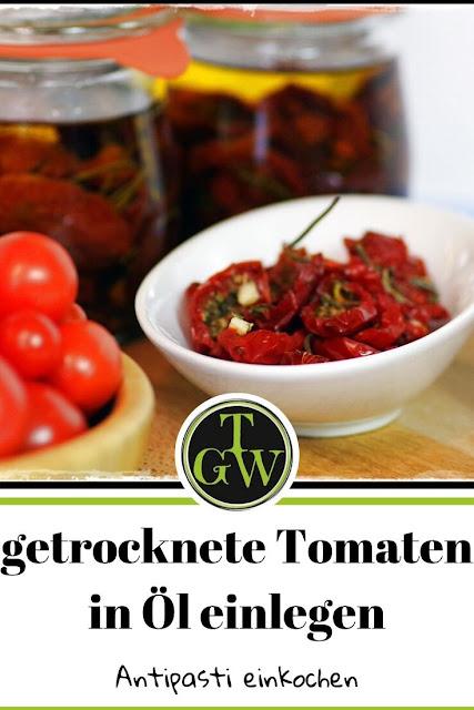 Getrocknete Tomaten in Öl einlegen, ist nicht schwer und kann leicht selber gemacht werden. Mein Rezept ist einfach nachzukochen. Zudem verrate ich Dir, wie Du die beliebten italienischen Antipasti für längere Zeit haltbar machen kannst. #eingelegteTomaten #tomaten #einkochen #antipasti #topfgartenwelt