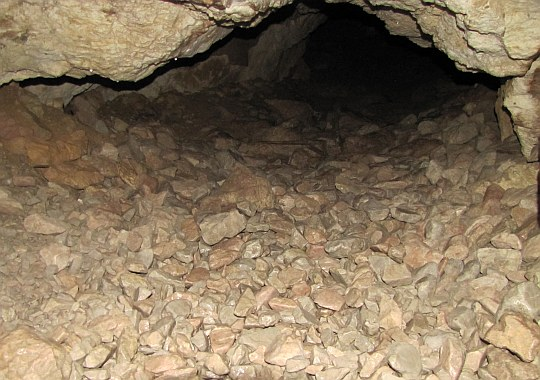 Wejście do ciemnych korytarzy jaskini.