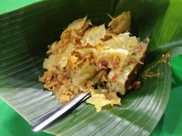 Pecel Pincuk Mbak Vina dengan lauk telur dadar:Kuliner Sidoarjo - Nikmatnya Pecel Pincuk Khas Ponorogo Mbak Vina;