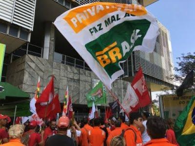Petroleiros em greve em frente à Petrobras no centro do Rio