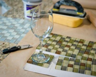 Tatakan gelas terbuat dari kubik kaca.