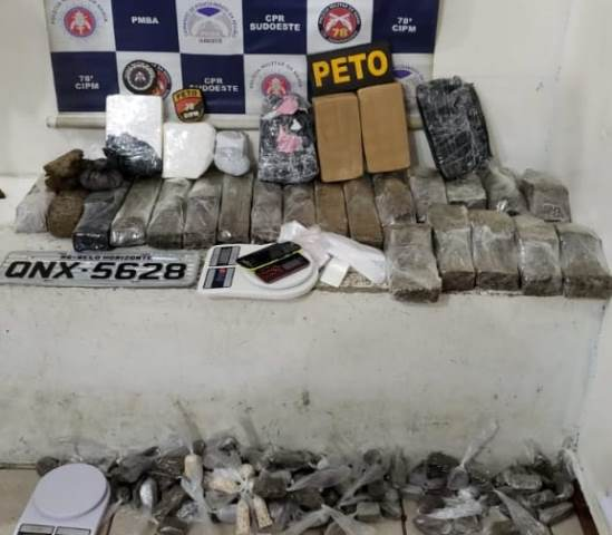 Polícia apreende drogas e recupera veículo roubado, em Conquista