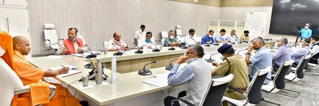 लॉकडाउन के नियमों का सख्ती से पालन कराने के निर्देश प्रभावी पेट्रोलिंग से सुनिश्चित किया जाए कि कहीं भी भीड़ एकत्र न होने पाए -मुख्यमंत्री योगी अब तक 1018 श्रमिक स्पेशल ट्रेनें प्रवासी कामगारों/श्रमिकों को लेकर प्रदेश आयीं, 178 ट्रेनें रास्ते में -मुख्यमंत्री योगी    So-far-1018-laborers-special-trains-have-come-to-the-state-for-migrant-workers-178-trains-en-route-CM-Yogi            संवाददाता, Journalist Anil Prabhakar.                 www.upviral24.in