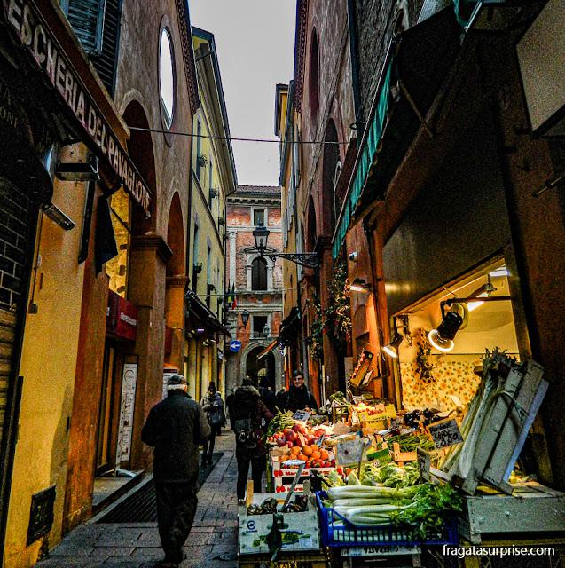 Gastronomia em Bolonha: bancas de hortaliças do Mercato del Mezzo