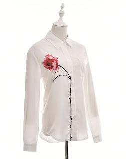 Blusa de gasa con mangas largas, un bolsillo lateral y una flor roja estampada en uno de los lados