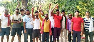 गांव में महीनों से सफाई न होने पर ग्रामीणों ने किया प्रदर्शन  | #NayaSaberaNetwork