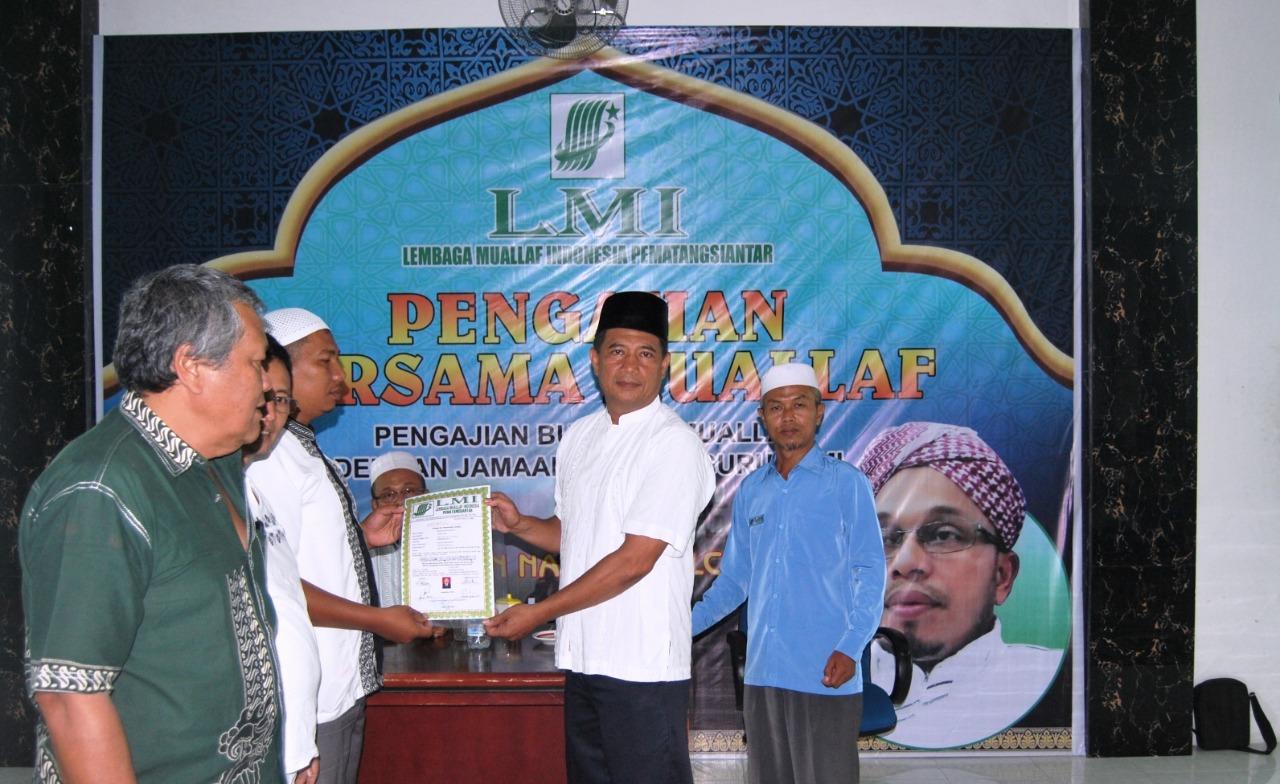 Ketua LMI Kota Siantar Tomiranu SHI serahkan Sertifikat kepada Muallaf