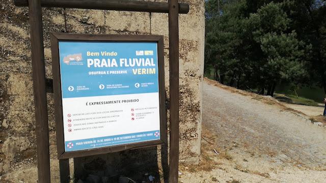 Placa proibições na Praia Fluvial de Verim