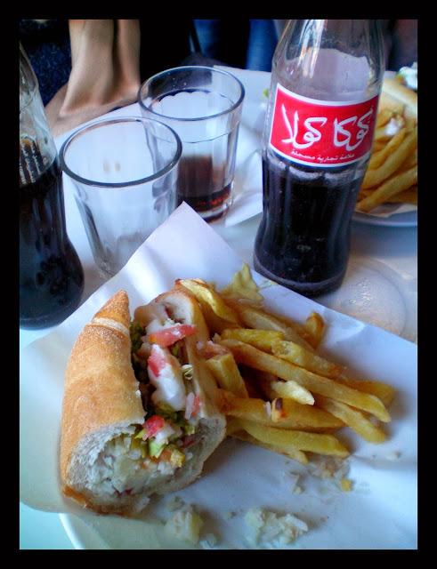 Comer en Marrakech bocadillo de atún