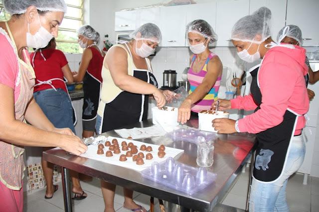 CRAS Bloco B desenvolve Projeto ChocoArt para geração de renda de oito famílias
