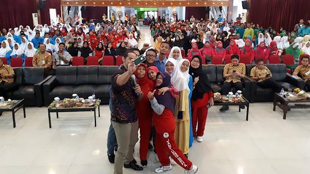 Emak-Emak Berebut Selfie Bareng Ade Rai di Kampus STMIK AMIK Riau