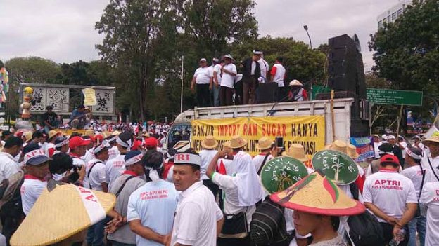 Jokowi Didemo Ribuan Petani Tebu di Istana, Ini Foto-fotonya
