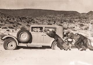 Photo de soldats poussant un véhicule au Sahel prise par le lieutenant Nieger au début du XXe siècle