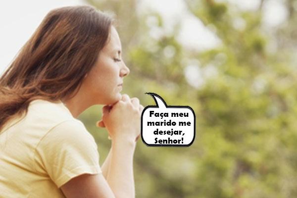 mulher fazendo oracao para ser desejada pelo marido