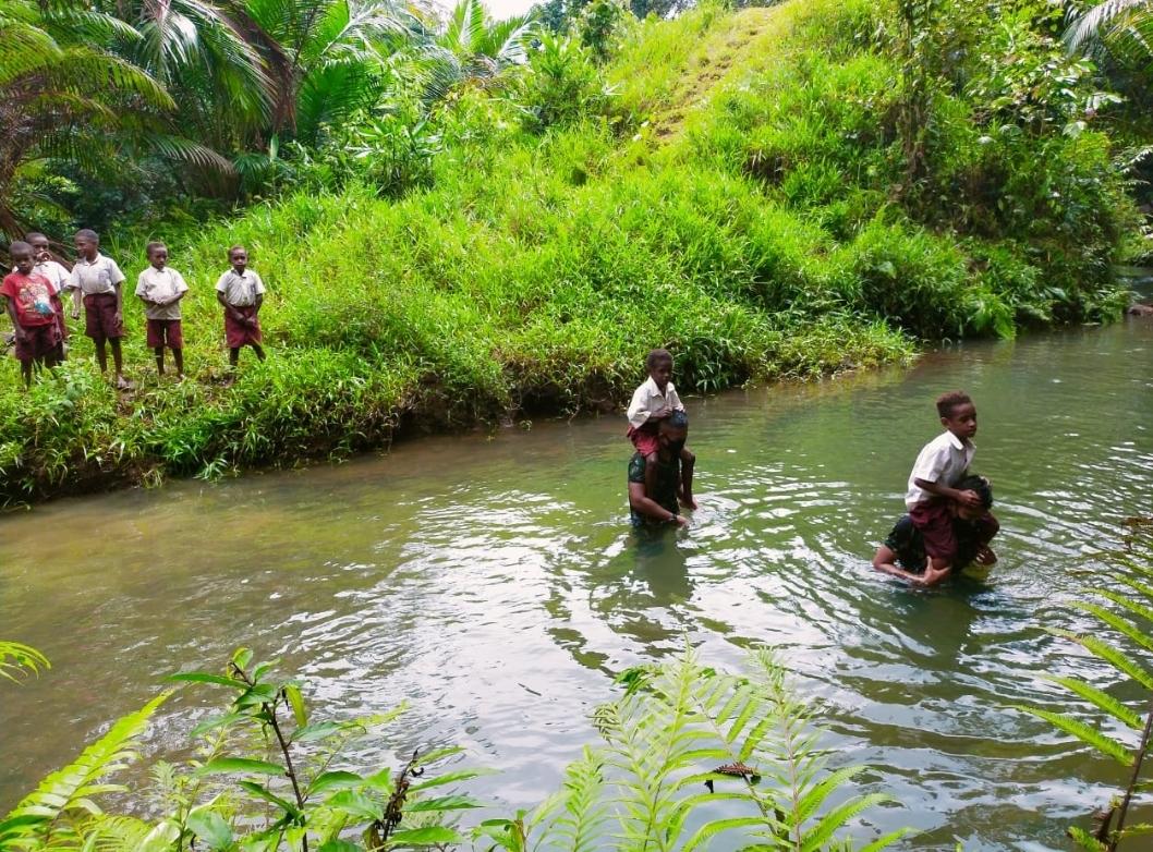 Keren! Tentara Gendong Anak Papua Seberangi Sungai Untuk Sekolah
