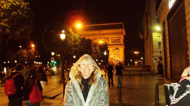 Paris no outono chuvoso com a minha capa de chuva
