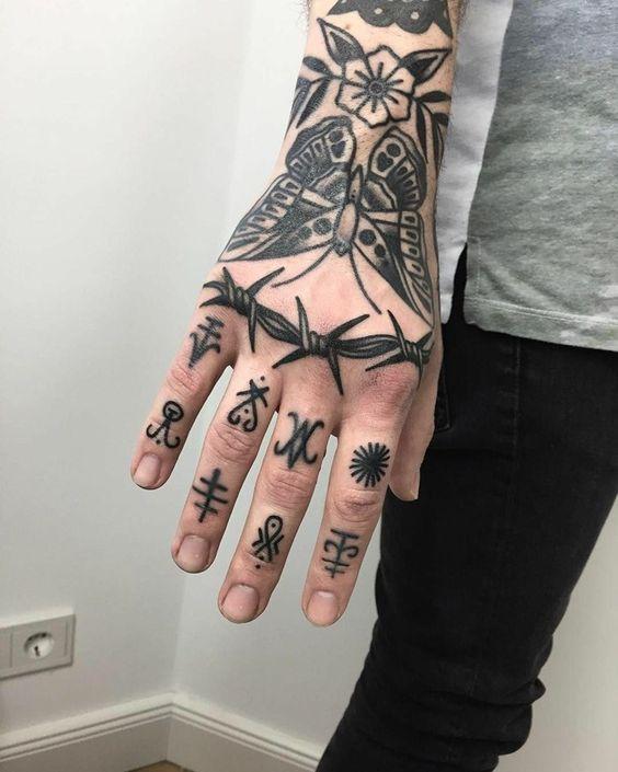 tatuagem na mão e no braço masculino