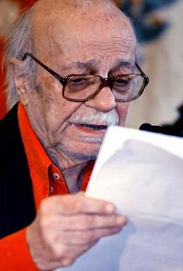 Foto de Ernesto Sabato leyendo un documento