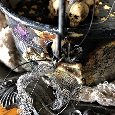 Sara Emily Barker sarascloset https://sarascloset1.blogspot.com/2018/10/a-tiny-witching-cauldron.html Altered Cauldron with Tim Holtz Sizzix Alterations, Distress and Ideaology 19