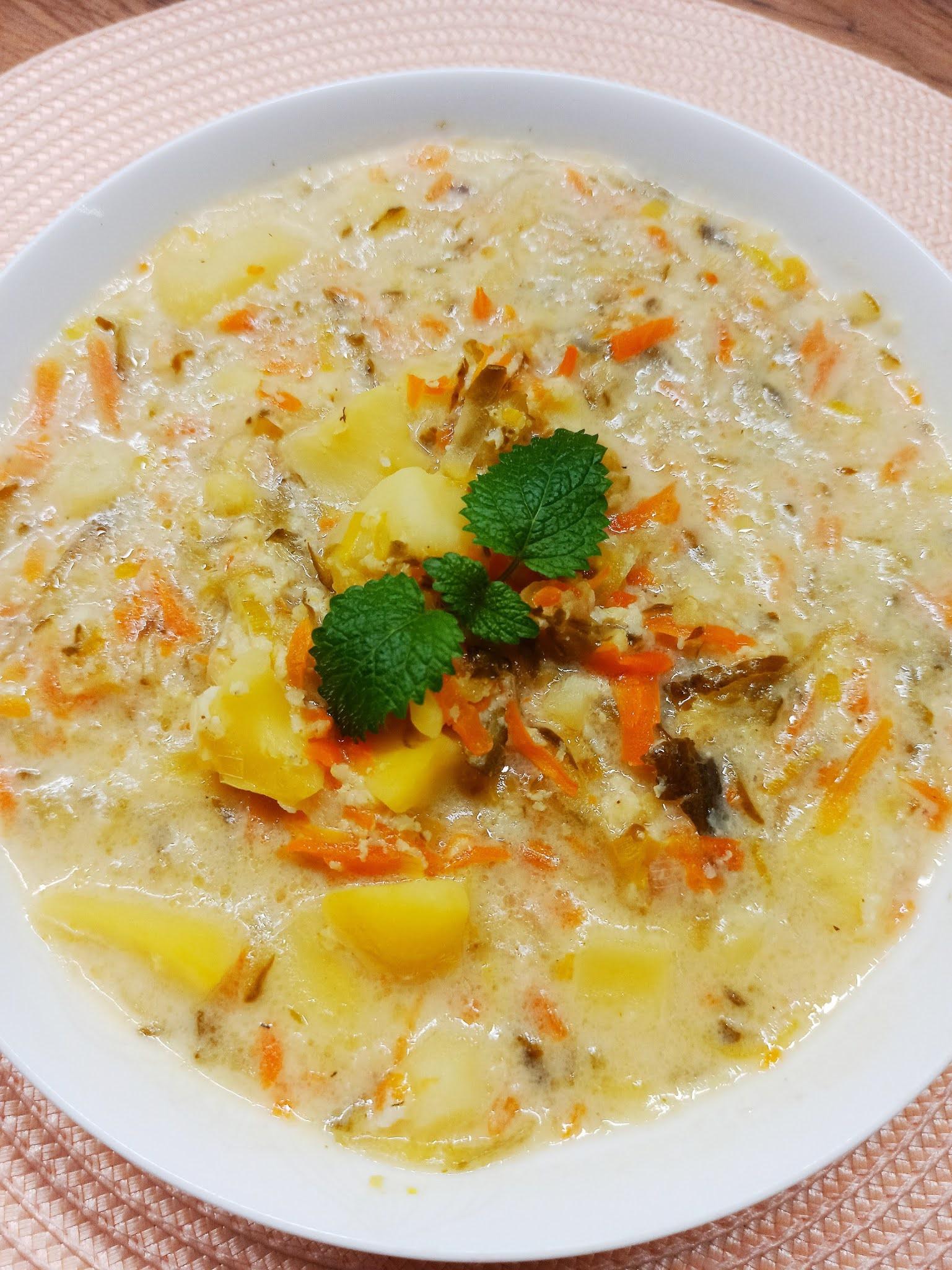 Zupa ogórkowa z kaszą jaglaną i porem