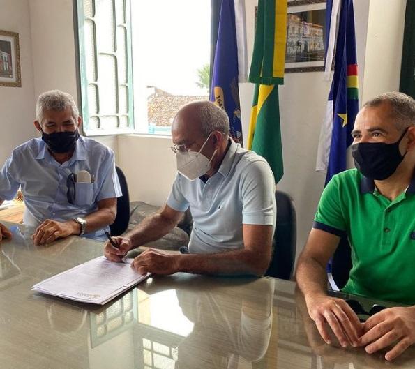 Presidente da Câmara entrega projeto de suplementação aprovado ao prefeito
