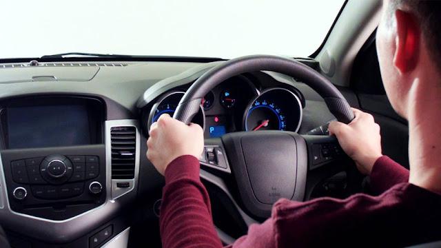 mengemudikan mobil manual