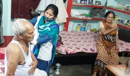 घर- घर जाकर बुजुर्गों और दिव्यांगों का किया जा रहा कोविड टीकाकरण