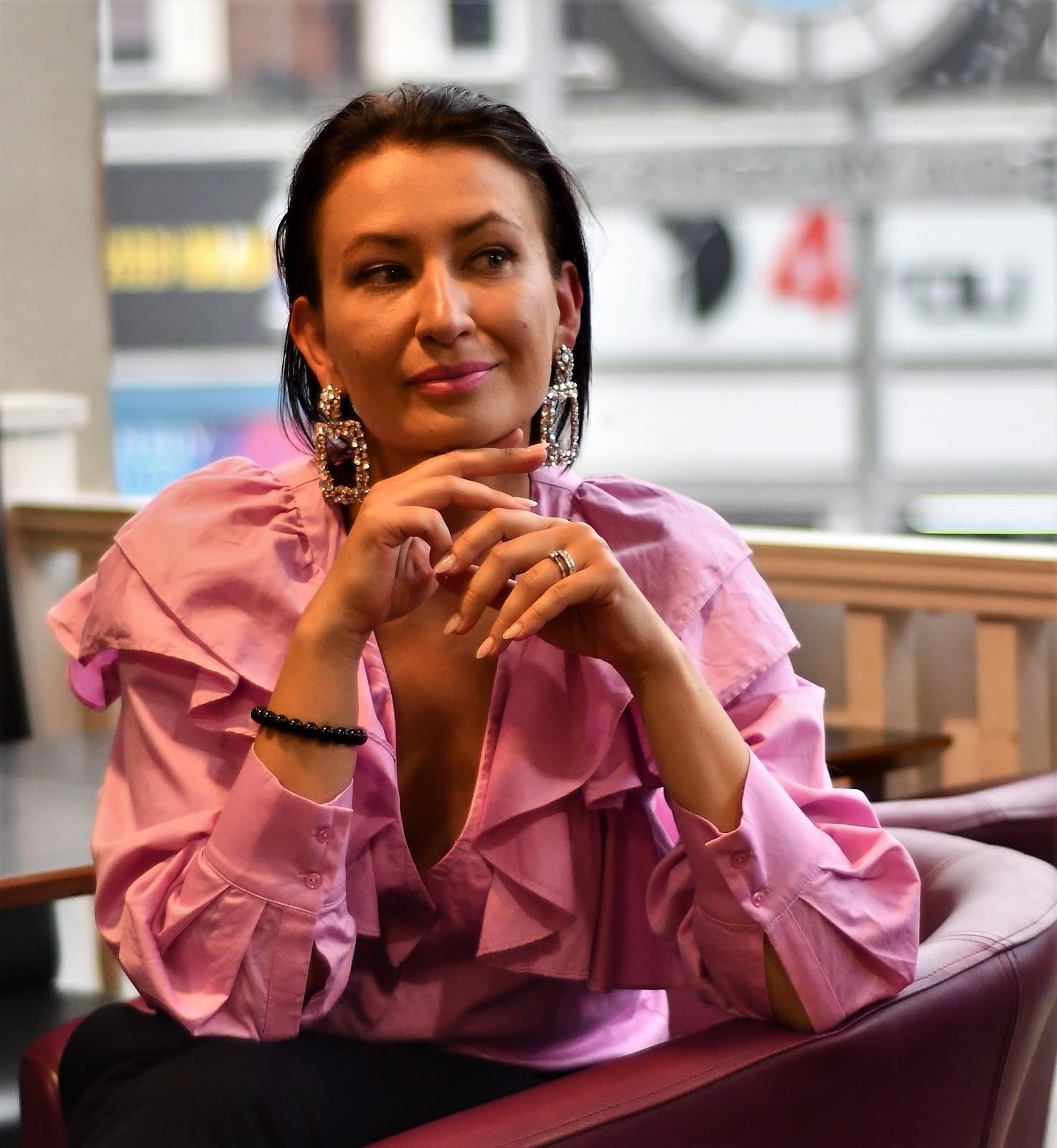 Adriana Style Blog, blog modowy Puławy, bluzka z falbaną, Fashion, Frill blouse, H&M Frill Blouse, High Heels, Kolczyki Zara, moda, NEXT Trousers, Styl, Style, Szpilki, Zara Earrings