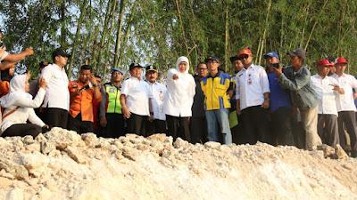 Dorong Percepatan Rekonstruksi, Gubernur Khofifah Tinjau Kondisi Tanggul Ambles di Tuban