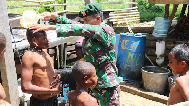 Satgas Yonif MR 411 Kostrad Ajarkan Pola Hidup Sehat Kepada Anak-anak Papua