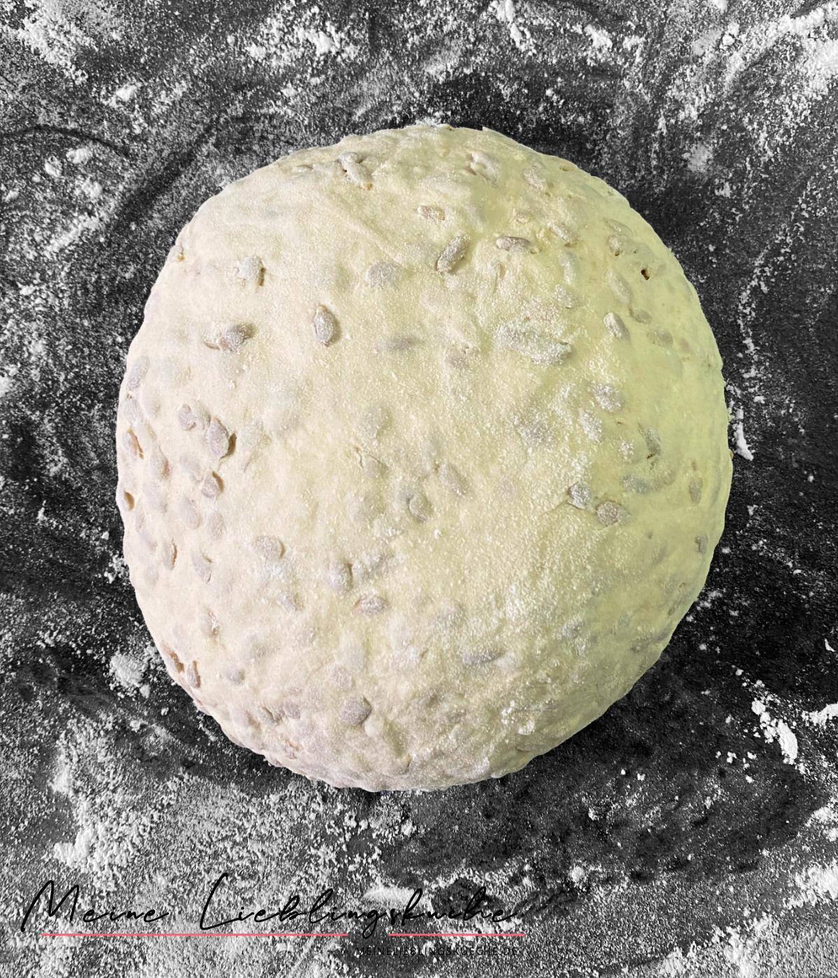 Teig für Weizen-Dinkel-Brot mit Sonnenblumenkernen und wenig Hefe
