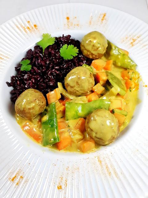 Sauce lait de coco/curry/légumes avec ses boulettes végétariennes