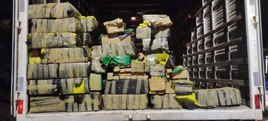 PRF e PM apreendem quase 1 tonelada de drogas escondida em caminhão na BR-101, em Campos