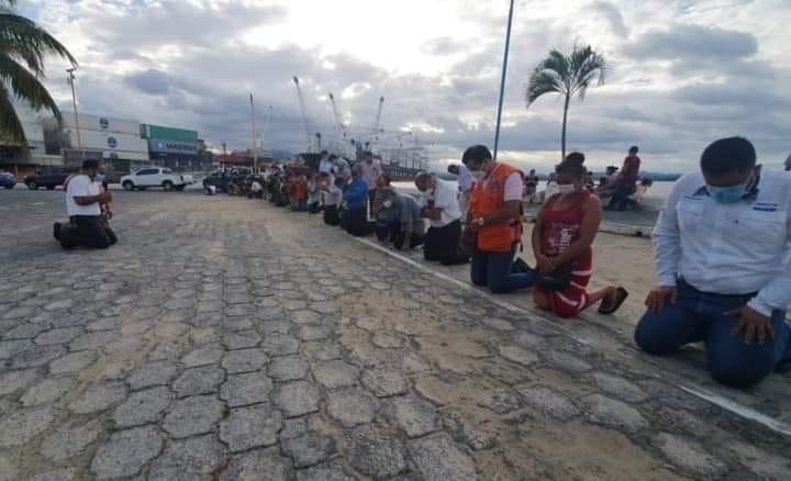 Cristianos orando ante avance de huracán