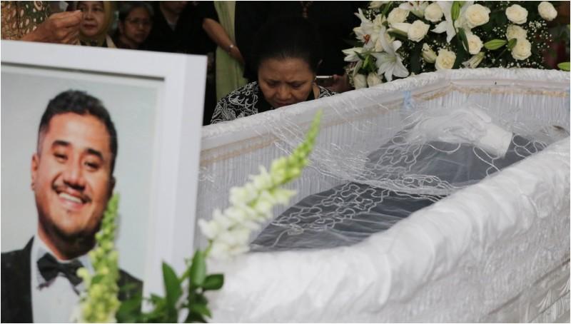 Ibunda Mike Mohede di samping peti jenazah putranya di rumah duka
