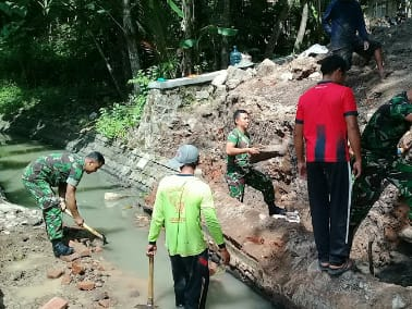 Anggota Koramil 0805/02 Paron Bersama Masyarakat Laksanakan Kerja Bhakti