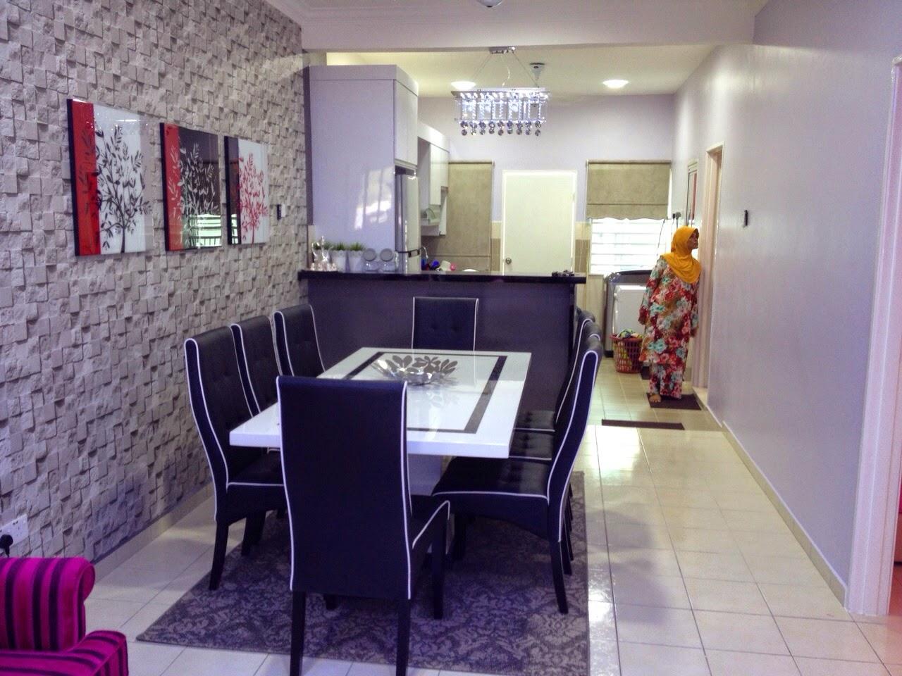 Ini Ruang Makan Ni Menggunakan Wallpaper Bercorak Bricks Dihiasi Dengan Bingkai Gambar Kombinasi Merah Hitam Dan Putih
